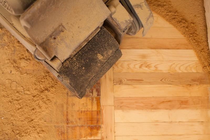 Fjern skrammer, ridser og misfarvninger i gulvet med en gulvslibning